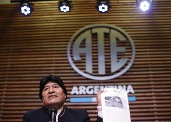 """El expresidente de Bolivia, Evo Morales, sostiene una copia de un artículo de noticias que muestra a la presidenta interina de su país, Jeanine Áñez, con el titular """"Ánez dice que se debe evitar que retornen 'los salvajes' al poder"""", refiriéndose a su deseo de regresar a Bolivia y postularse para senador, en una conferencia de prensa en Buenos Aires, Argentina, el 21 de febrero de 2020. Foto: Natacha Pisarenko / AP."""