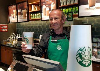 Dependiente de un Starbucks. Foto: Buena Vibra.