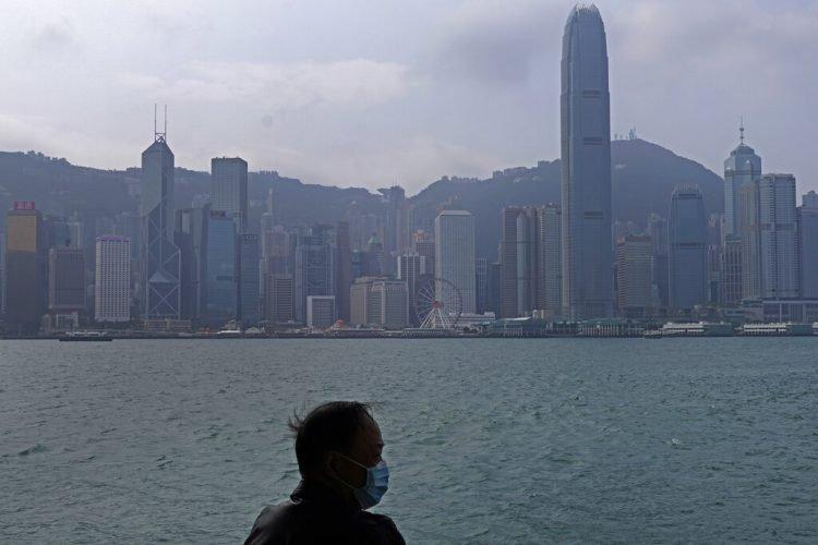 Un hombre con cubrebocas contempla el Puerto Victoria de Hong Kong, el domingo 2 de febrero de 2020. Foto: Vincent Yu / AP.