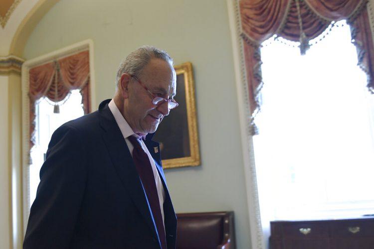 El líder de la minoría demócrata en el senado de Estados Unidos, Chuck Schumer, camina en el Capitolio, Washington, el lunes, 3 de febrero del 2020. Foto: Susan Walsh / AP.