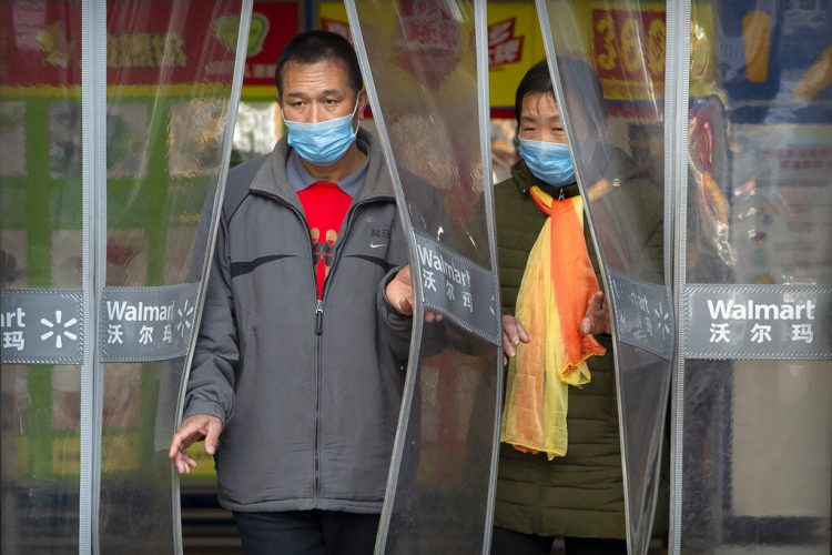 Dos personas con mascarillas salen de una tienda Walmart en Beijing, el sábado 1 de febrero de 2020. Foto: AP/Mark Sjefeelbein