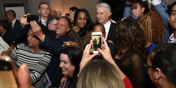 El presidente de Cuba Miguel Díaz-Canel (centro-detrás) junto a emigrados cubanos en Irlanda, durante su visita a ese país europeo en octubre de 2019. Foto: presidencia.gob.cu / Archivo.