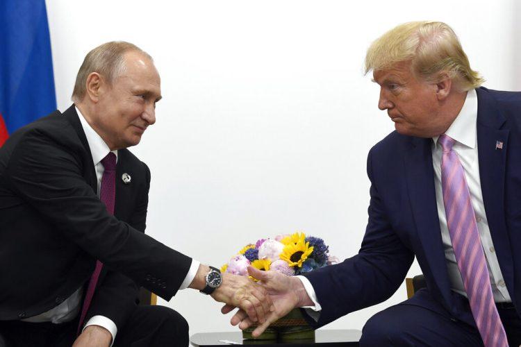 El presidente estadounidense Donald Trump estrecha la mano del presidente ruso Vladimir Putin durante una reunión bilateral al margen de la cumbre G-20 en Osaka, Japón, en junio de 2019. Foto: Susan Walsh / AP / Archivo.