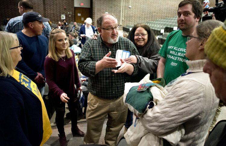Partidarios de Andrew Yang discuten con los de Amy Klobuchar en los caucus demócratas en Sioux City, Iowa, 3 de febrero de 2020. Foto: Tim Hynds/Sioux City Journal vía AP.