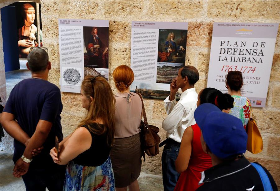 """Varias personas asistieron a la exposición """"El Plan de Defensa de La Habana 1763-1774"""", en el castillo de. Santo Domingo de Atarés. Foto: EFE/ Ernesto Mastrascusa."""