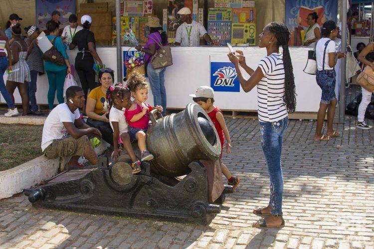 Personas en la fortaleza de San Carlos de La Cabaña, durante la Feria Internacional del Libro de La Habana 2020 . Foto: Otmaro Rodríguez.