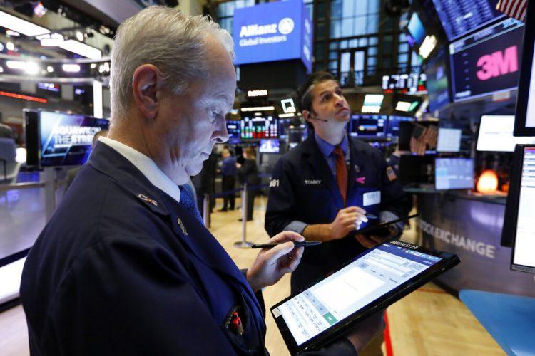 Los corredores James Riley, a la izquierda, y Thomas Donato observan monitores en la Bolsa de Valores de Nueva York, el martes 28 de enero de 2020. Foto: AP/Richard Drew
