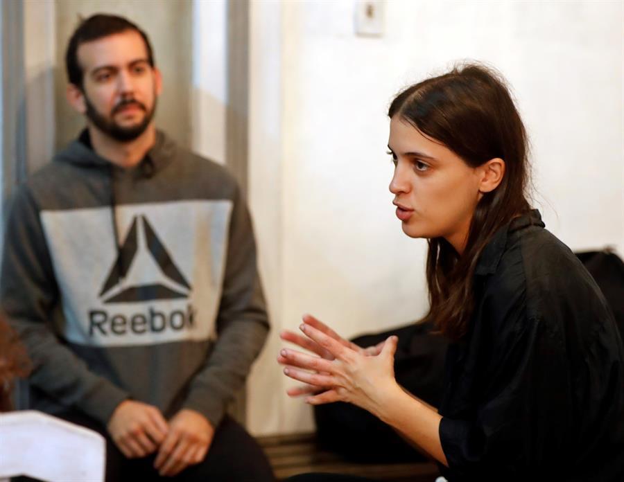Elena Molina (d), artista y organizadora del proyecto Arthaus, conversa con Efe, el pasado 29 de enero del 2020, en La Habana (Cuba). Foto: EFE /Ernesto Mastrascusa