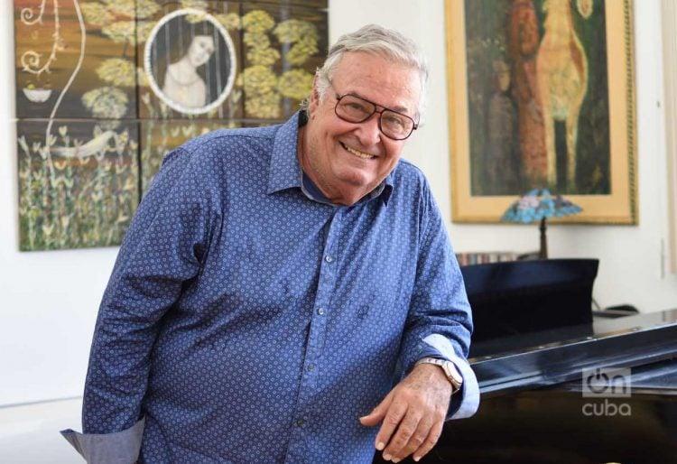 José María Vitier, junto a su piano y rodeado de las obras de su esposa, la escritora y pintora Silvia Rodríguez Rivero. Foto: Otmaro Rodríguez.