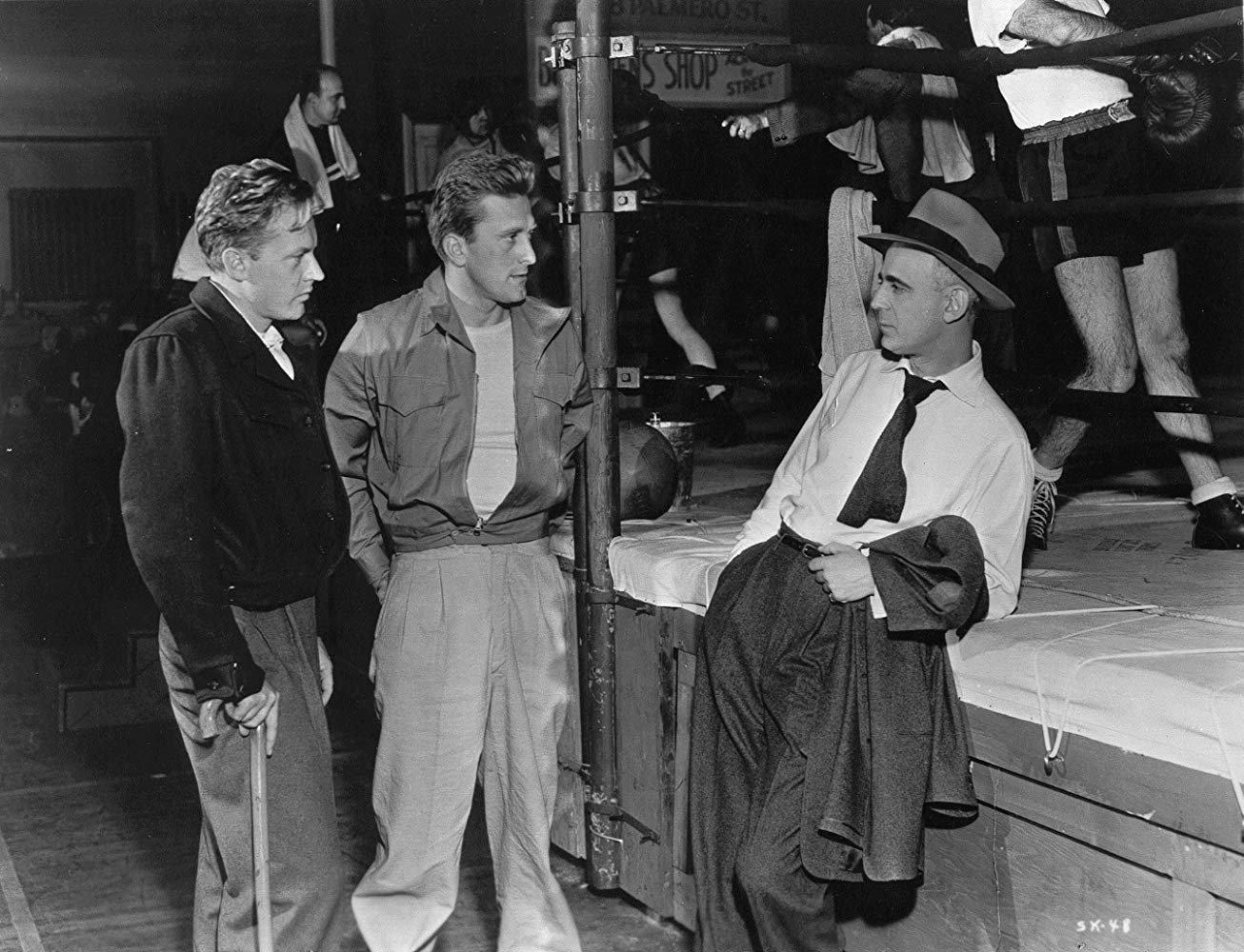 Arthur Kennedy, Kirk Douglas y Paul Stewart. (1949)
