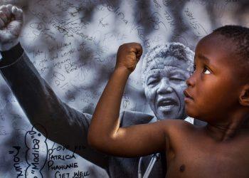 Un niño imita el gesto de Nelson Mandela en Pretoria, Sudáfrica, en en 2013. Foto: Ben Curtis/AP.