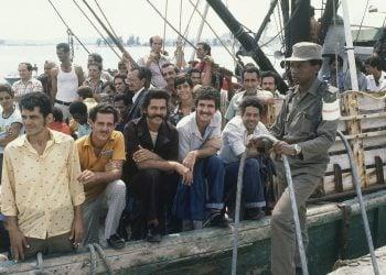 Un soldado cubano custodia un barco  en el puerto de Mariel el 23 de abril de 1980, mientras las personas a bordo esperan para navegar hacia Estados Unidos. Foto: Jacque Langevin/AP.