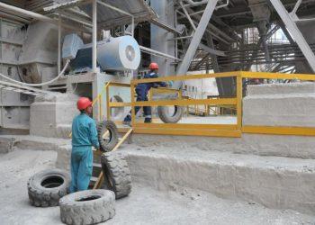 La empresa Cementos Cienfuegos S.A. quema de neumáticos fuera de uso para utilizarlos como combustible. Foto: Julio Martínez Molina / Granma.