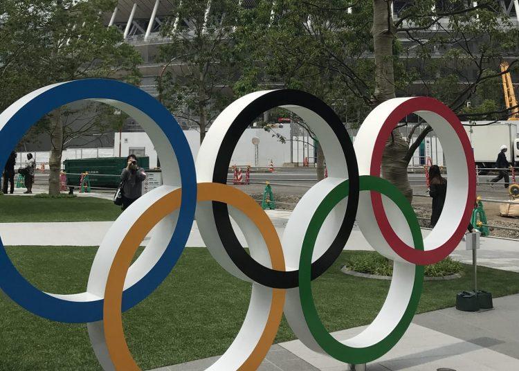 Anillos olímpicos frente al estadio principal de los Juegos Olímpicos y Paralímpicos de Tokio 2020. Foto: Reuters.