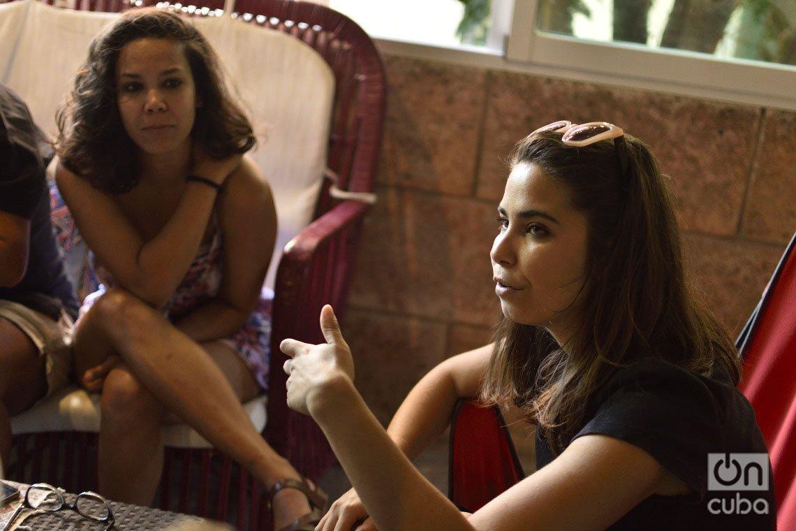Las hermanas Paola (d) y Camila Cabrera, activistas por los derechos de los animales en Cuba. Foto: Otmaro Rodríguez.