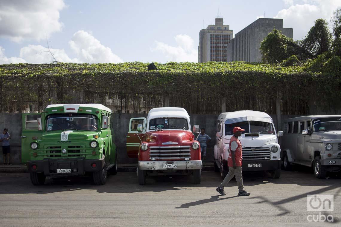 Piquera de taxis privados en La Habana. Foto: Otmaro Rodríguez