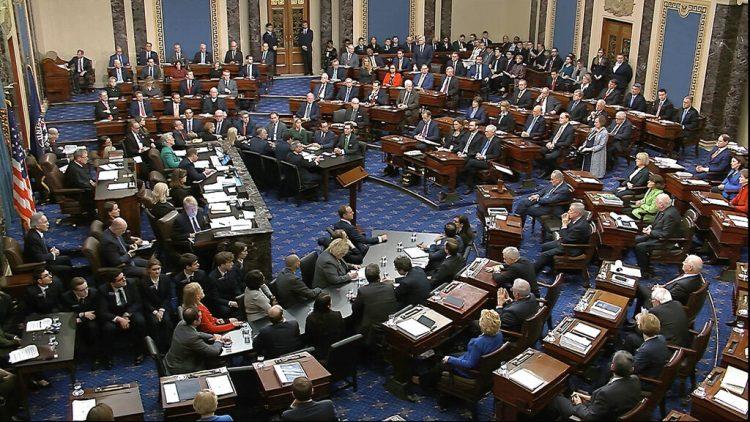 En esta imagen tomada de un video, los Senadores votan en el primer cargo de juicio político durante el proceso de destitución del presidente Donald Trump en el Senado, el miércoles 5 de febrero de 2020, en Washington. Foto: Senate Television via AP