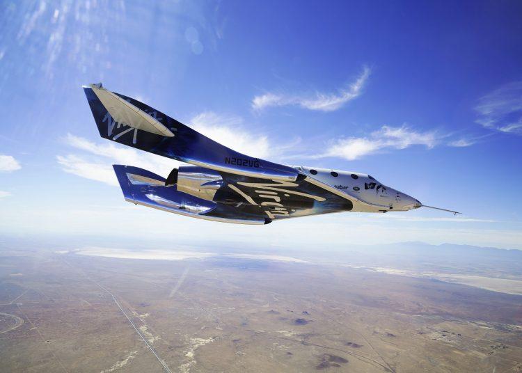 La nave VSS Unite surca los cielos durante una prueba de vuelo supersónico. (Virgin Galactic, vía AP)