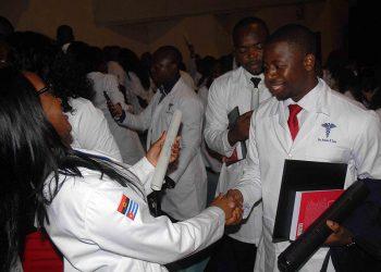 Médicos angolanos egresados de la Universidad de Ciencias Médicas de Santiago de Cuba. Foto: Miguel Rubiera/ACN.