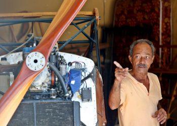 Ingeniero cubano Adolfo Rivera junto a su avión. Foto: EFE/ Ernesto Mastrascusa