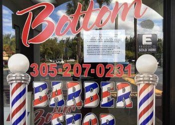 La fachada de una barbería en La Pequeña Habana con la advertencia de cierre de las autoridades.   Rui Ferreira