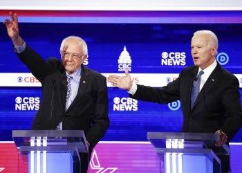 Los precandidatos presidenciales demócratas Bernie Sanders (izquierda) y Joe Biden (derecha) participan en un debate en el Centro Gaillard de Charleston, Carolina del Sur, en esta fotografía de archivo del 25 de febrero de 2020. (AP Foto/Patrick Semansky)