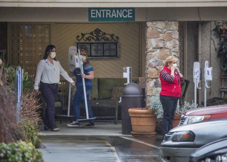 Trabajadores de un hogar de ancianos en Kirkland, en el estado de Washington, descargan suministros hoy lunes por la mañana.  Foto: The Seattle Times/AP.