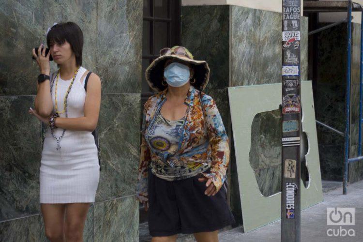 Una mujer se cubre parte del rostro con una mascarilla en La Habana, el 12 de marzo de 2020, luego de que las autoridades sanitarias informaran sobre casos de enfermos con Covid-19 en la Isla. Foto: Otmaro Rodríguez.