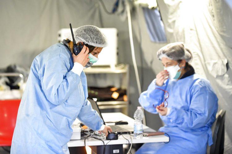 Paramédicos trabajan dentro de una carpa erigida fuera de un hospital en Cremona, Italia, el sábado 29 de febrero de 2020. Foto: Claudio Furlan/Lapresse vía AP.