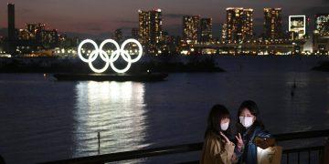 Dos mujeres se hacen una foto con los anillos olímpicos de fondo, en la zona de Odaiba, en Tokio,. Foto: Jae C. Hong / AP / Archivo.