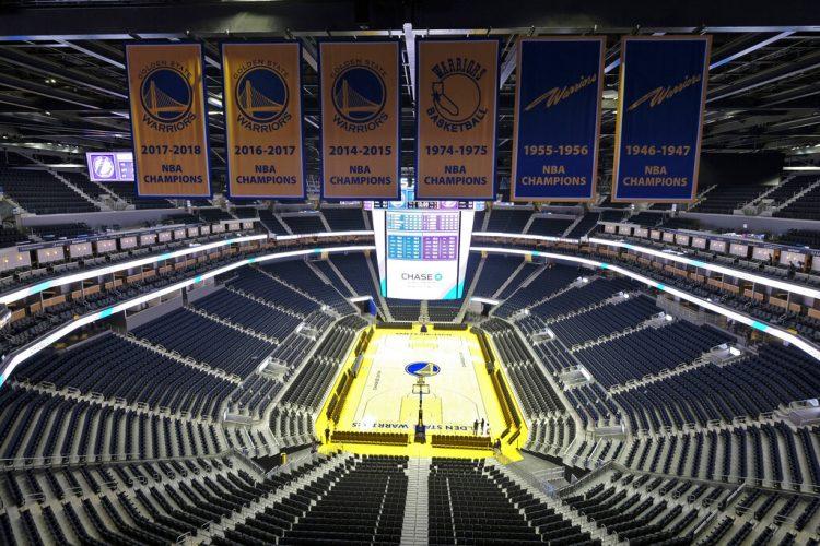 Foto de archivo de la arena Chase Center vacía, en San Francisco, EE.UU., con los banners de campeón de los Golden State Warriors. Foto: Eric Risberg / AP / Archivo.