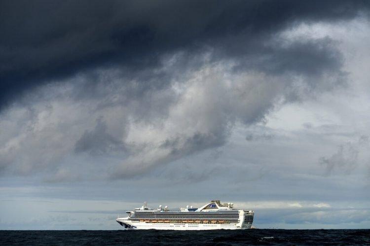 Llevando a bordo a muchas personas que dieron positivo a COVID-19, el crucero Grand Princess se mantiene a casi 50 kilómetros de la costa de San Francisco, el domingo 8 de marzo de 2020. Foto: Noah Berger / AP.