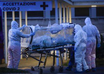 Un paciente es trasladado en una unidad de contención sobre una camilla, en el Hospital Columbus Covid 2 de Roma, el lunes 16 de marzo de 2020. Foto: AP/Alessandra Tarantino.