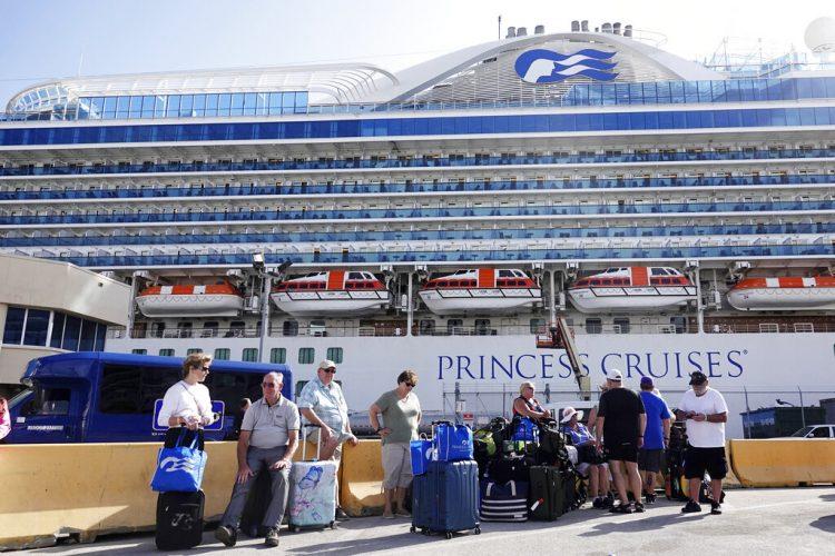 Foto tomada el 13 de febrero del 2020 de pasajeros del crucero Caribbean Princess en Port Everglades, en Fort Lauderdale, Florida. Foto: Joe Cavaretta/South Florida Sun-Sentinel vía AP/Archivo.