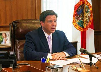 El gobernador de Florida Ron DeSantis actualiza a reporteros sobre la respuesta del estado a la pandemia de coronavirus el martes, 24 de marzo del 2020, en Tallahassee. Foto: Brendan Farrington/AP.
