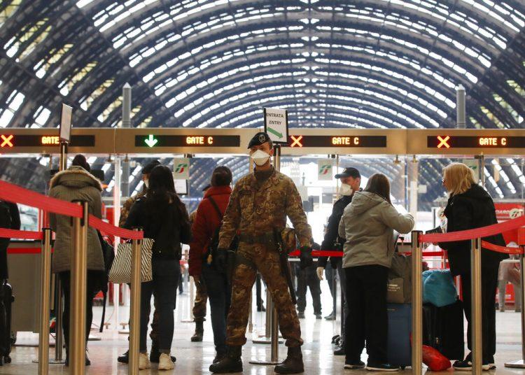 La policía controla el ingreso de pasajeros a la principal terminal de trenes de Milán el 9 de marzo del 2020. Las autoridades dispusieron suspender toda actividad deportiva hasta el 3 de abril como consecuencia del coronavirus. (AP Photo/Antonio Calanni)