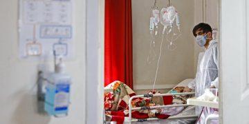 En esta imagen del domingo 1 de marzo de 2020, un médico atiende a una paciente con coronavirus en un hospital en Teherán, Irán. Foto: Ali Shirband/Mizan News Agency vía AP.