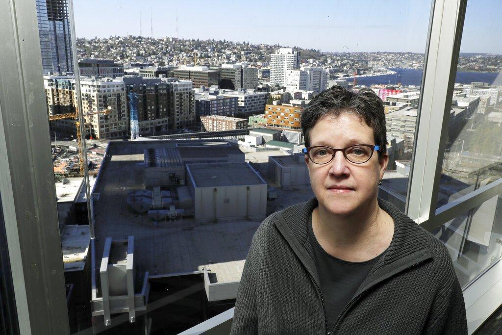 La doctora Lisa Jackson, investigadora del Instituto de Investigación Permanente Kaiser de Washington, posa para una fotografía el domingo 15 de marzo de 2020 en Seattle. Foto: AP/Ted S. Warren.