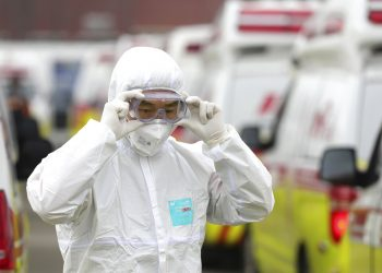 Un trabajador sanitario con ropa de protección se ajustas las gafas antes de trasladar pacientes en Daegú, Corea del Sur, el domingo 1 de marzo de 2020. Foto: Ryu Young-seok/Yonhap via AP.