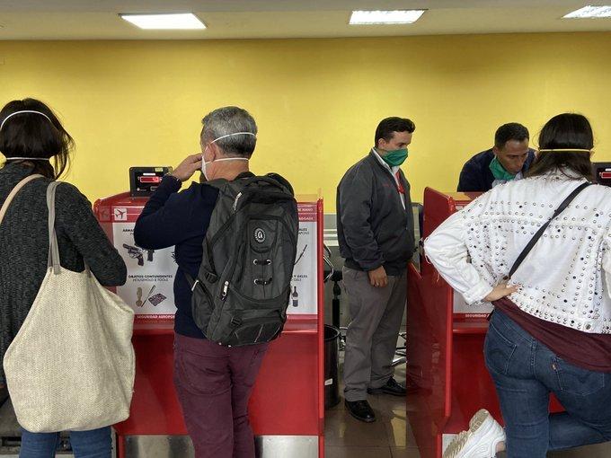 """El pasado día 2 de marzo, la corresponsal en Cuba de la agencia Reuters publicaba esta foto en su cuenta de Twitter """"Todavía no se había confirmado el caso de coronavirus, pero en el aeropuerto el personal está obligado a usar máscaras faciales, y muchos viajeros también los usan"""". Foto: @reuterssarah"""