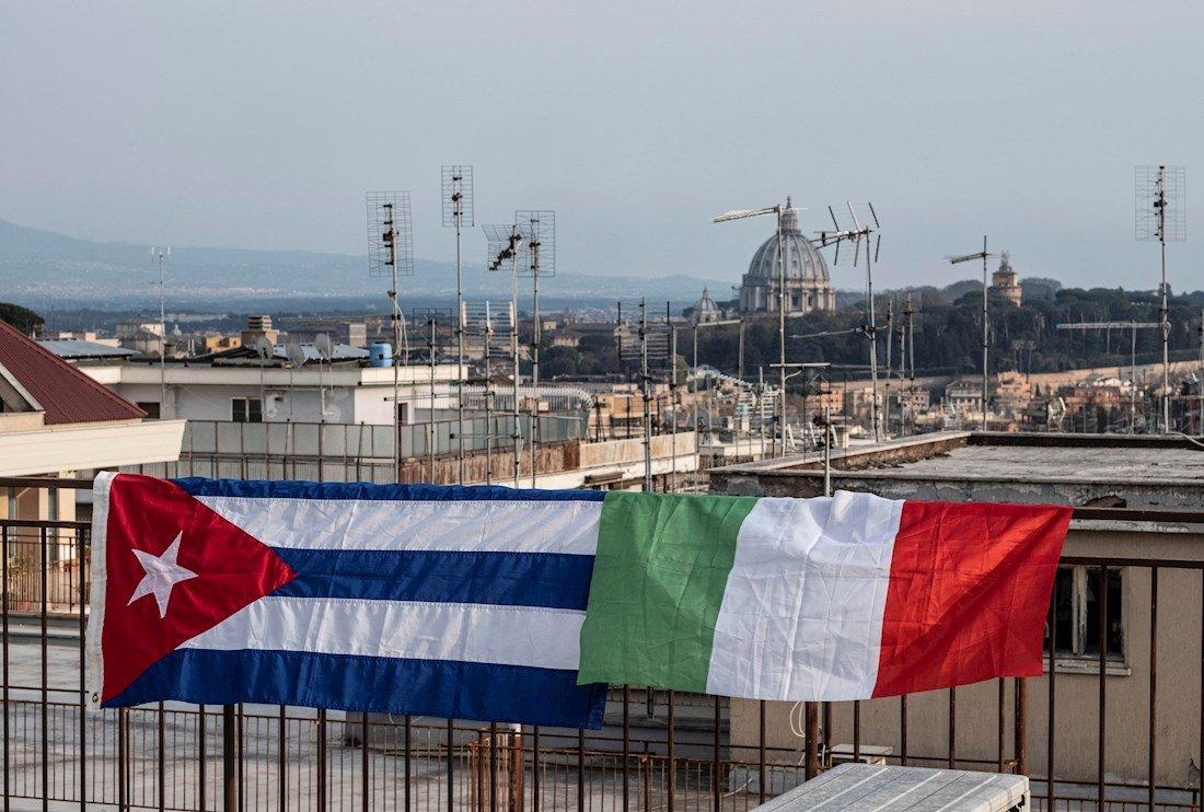 Banderas de Cuba e Italia desplegadas en un balcón de Roma, para celebrar la llegada a Italia de una brigada médica cubana para ayudar al enfrentamiento contra la pandemia de COVID-19, el 22 de marzo de 2020. Foto: Luciano del Castillo / EFE.