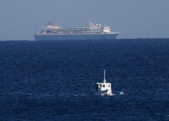Crucero británico MS Braemar cerca del puerto del Mariel, Cuba, 17 de marzo de 2020. Foto: EFE/Yander Zamora.
