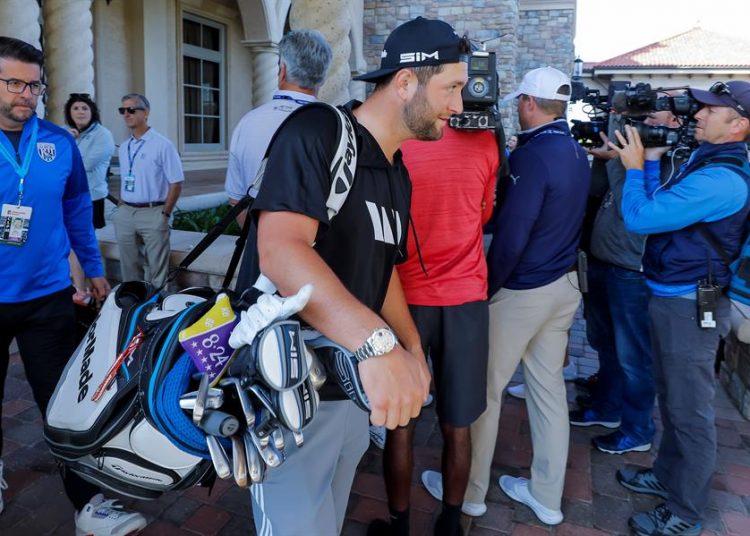 El golfista vasco Jon Rahm se marcha del torneo The Players tras el anuncio de su cancelación debido al coronavirus, en Ponte Vedra Beach, Florida (Estados Unidos), este viernes. EFE/ERIK S. LESSER