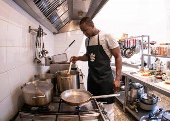 """Dayron Robles en su restaurante """"La Escondida Habana"""". Foto: Tomada de la cuenta de Facebook de Dayron Robles."""