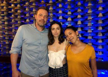 El actor estadounidense Ben Affleck (i) y la actriz cubana Ana de Armas (c) posan con una admiradora en la noche del jueves 5 de marzo, en la Fábrica de Arte Cubano (FAC), en La Habana. Foto: EFE.