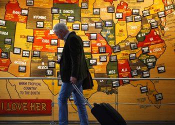 Un viajero revisa su celular en un aeropuerto de Estados Unidos. Foto: David Zalubowski / AP.