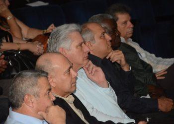 El presidente cubano Miguel Díaz-Canel (3-1) durante el balance anual del Ministerio de Cultura. A su lado, el ministro Alpidio Alonso (4-i) y otros dirigentes cubanos. Foto: @AlpidioAlonsoG/Twitter.