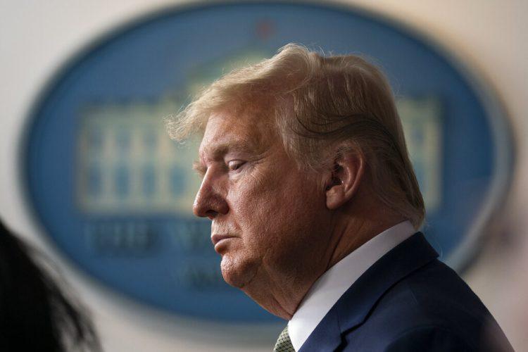 El presidente Donald Trump escucha durante una conferencia de prensa en la Casa Blanca, el martes 17 de marzo de 2020, en Washington. Foto: AP/Evan Vucci.