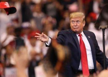 Donald Trump, arroja una gorra de su campaña durante un mítin de campaña en noviembre de 2019 en Sunrise, Florida. Foto: Joe Raedle / Getty Images.