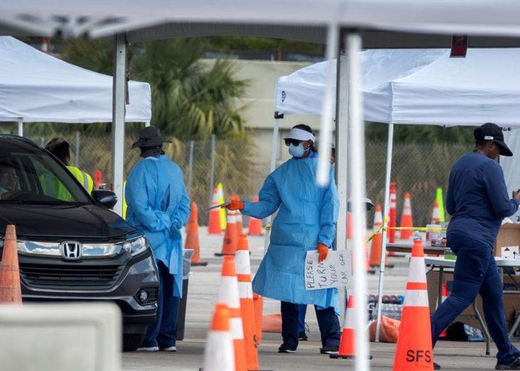 Un grupo de enfermeras y médicos realiza testes de pruebas de Coronavirus en un puesto volante en las instalaciones del Hard Rock café en Miami.   EFE/Cristobal Herrera
